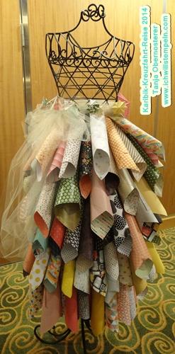 Kleid mit Designerpapier Rollen hergestellt